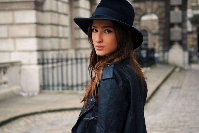 Menggunakan topi fedora (womenitems.com)