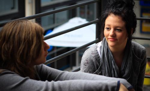 Pandangan kosong saat mengobrol (www.shutterstock.com)
