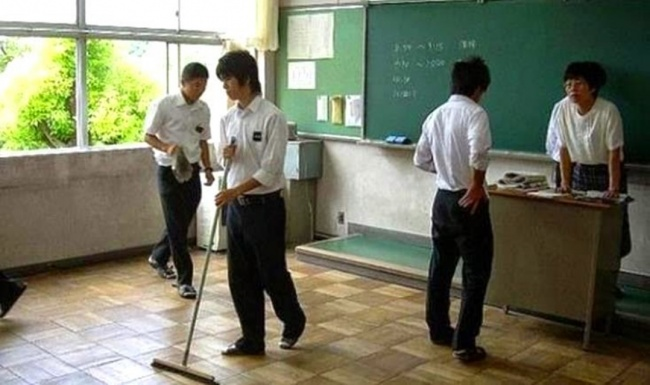 Siswa-siswa membersihkan kelas (Emaze)