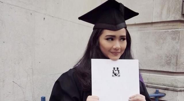 Berotak Cerdas, Deretan Selebritis Indonesia Ini Raih Beasiswa Bergengsi