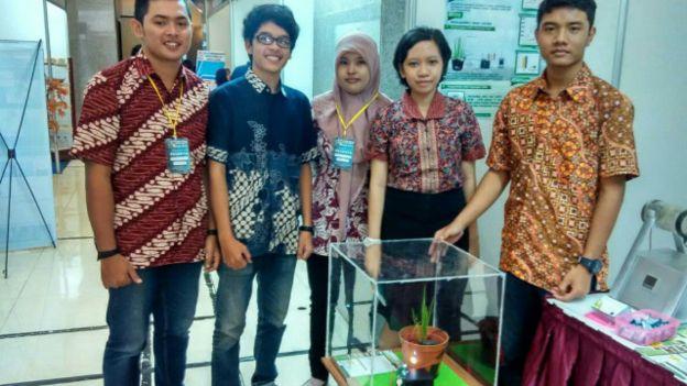 Tim mahasiswa pembuat E-Paddy (BBC)