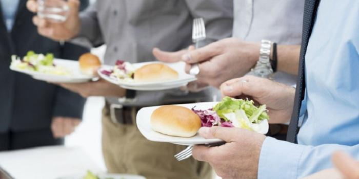 Terungkap Alasan Ilmiah Larangan Makan Sambil Berdiri dari Nabi Muhammad