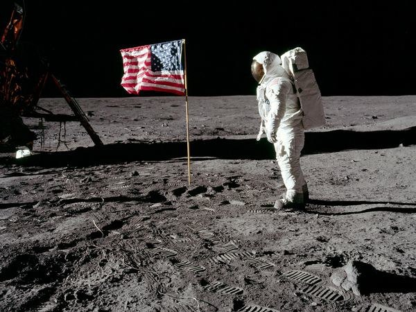 Bendera berkibar di Bulan (Listverse)