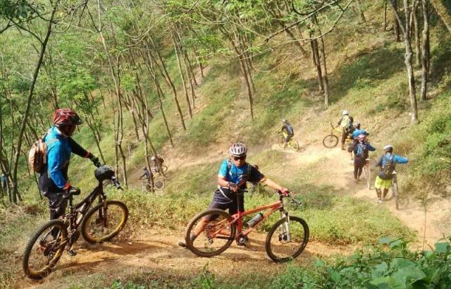 Bersepeda di Gunung Tengah-Klungkung (jashujan.files.wordpress.com)