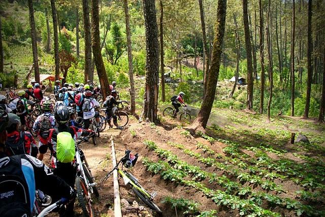 Bersepeda di Telaga Sarangan-Gunung Lawu (anomharya.com)