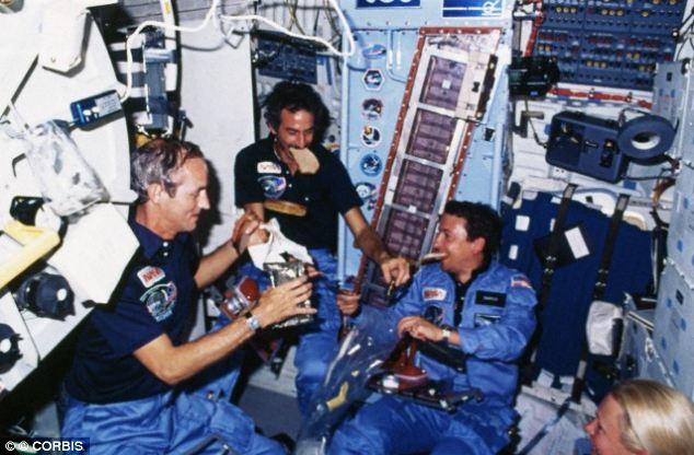 Makan di pesawat luar angkasa (Daily Mail)