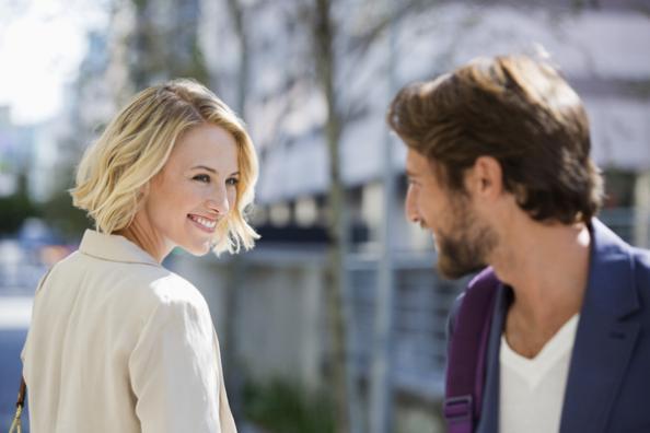 Tersenyum dan memberikan kontak mata(howtogettheguy.com)