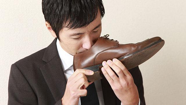Mengendus sepatu (Anehdidunia)