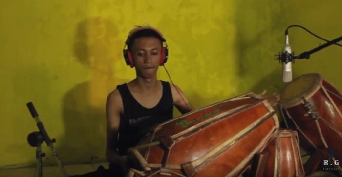 Tampil Beda, Cowok Indonesia Ini Cover Lagu Cadas Pakai Gendang