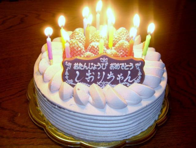 Ilustrasi kue bulat dengan lilin (Cakepicturegallery)