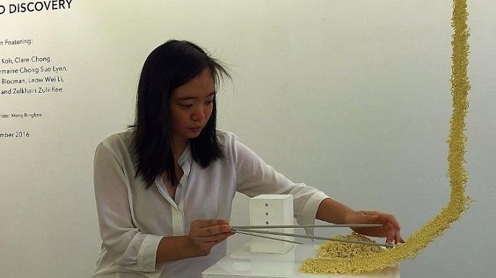 Kreatif, Seniman Muda Indonesia Ini Ciptakan Rajutan dari Mie Instan