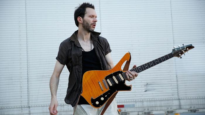 Ketika Sang Dewa Gitar Main Bass, Tak Kalah Keren!