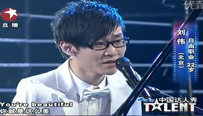 Tak Punya Lengan, Pria Ini Bisa Main Piano Pakai Kaki