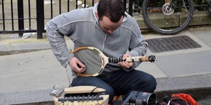 Kreatif, Musisi Jalanan Ini Sulap Raket Jadi Gitar