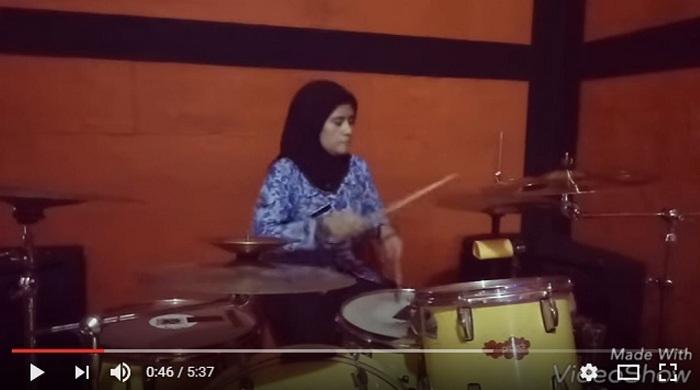 Gokil, Wanita Berseragam PNS Cover Drum Avenged Sevenfold