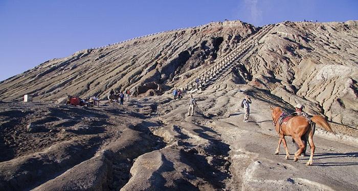 5 Puncak Gunung Indonesia dengan Pemandangan Paling Spektakuler