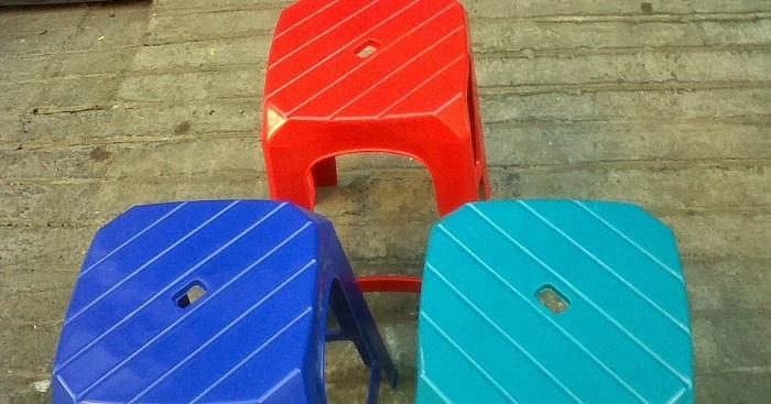Kenapa Kursi Plastik Ada Lubang di Tengahnya?