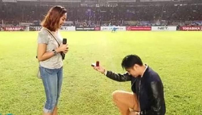 Video Romantis Lamar Kekasih di Hadapan Presiden Jokowi