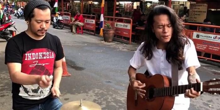 Pengamen Blok S Bersuara Emas Nyanyikan Lagu Daerah Banjir Pujian