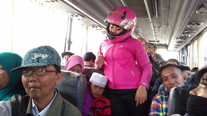 Pesan Menyentuh dari Aksi Wanita Pakai Helm Pink di Dalam Bus yang Jadi Berita