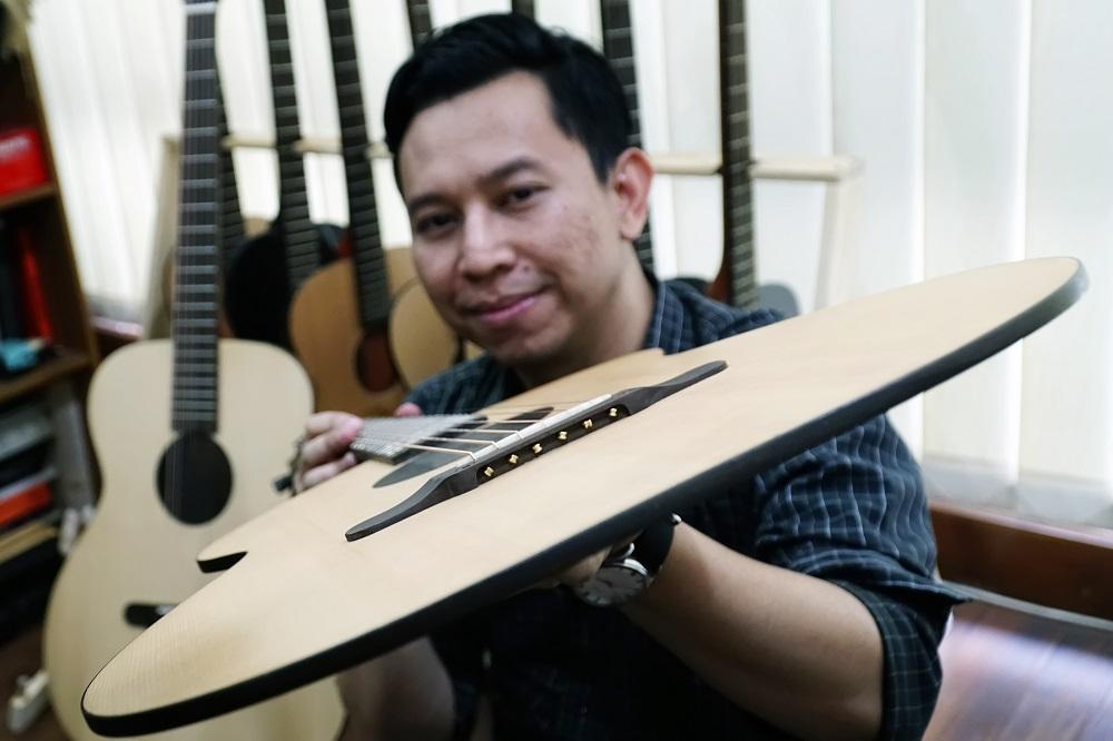 Gitar Tertipis Buatan Bandung Ini Jadi Sorotan Dunia, Suaranya Nggak Kalah Keren dari Brand Internasional