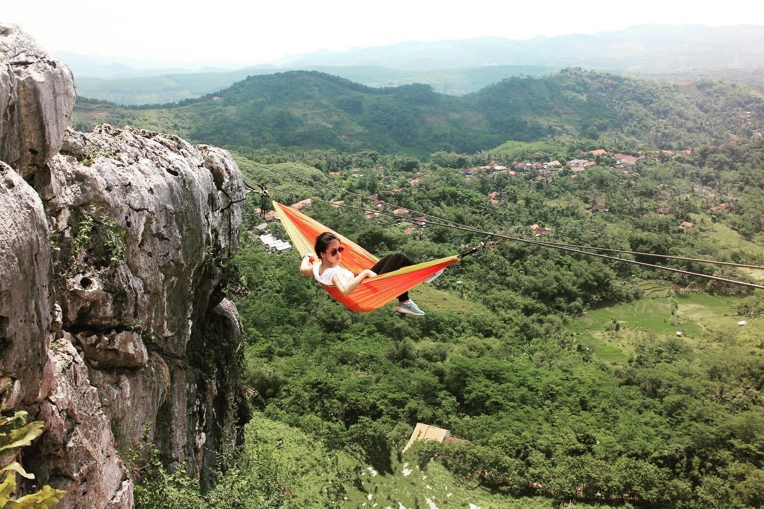 Wisata Ekstrem ke Tebing Gunung Hawu Bandung yang Bikin Kamu Gelantungan Layaknya Spiderman