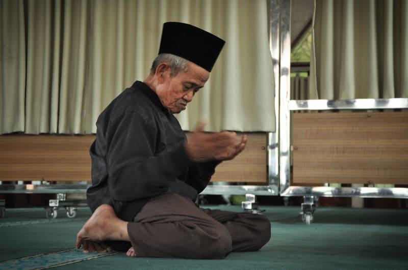 Umrahkan Kakek Penjual Roti – Bantu Bocah Tulang Rapuh, 5 Masalah Ini Terselesaikan Berkat 'Patungan' Netizen