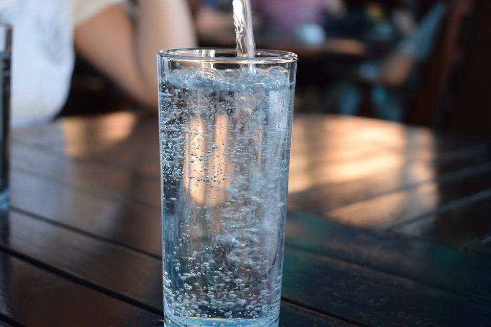 5 Manfaat yang Kamu Dapat Jika Hanya Minum Air Putih Selama Sebulan