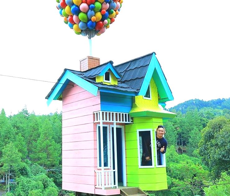 Coba Sensasi Melayang dalam Rumah Balon Ala Film Animasi Up di Bandung
