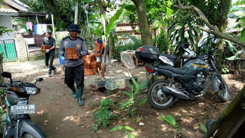 Salut, Anggota Polisi Ini Sisihkan Gaji Demi Renovasi Rumah Lansia Tak Mampu