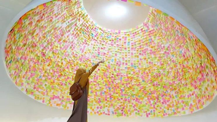 Instagramable Banget! Berpose di Bawah Kubah Megah Bertumpuk Warna-warni Sticky Note