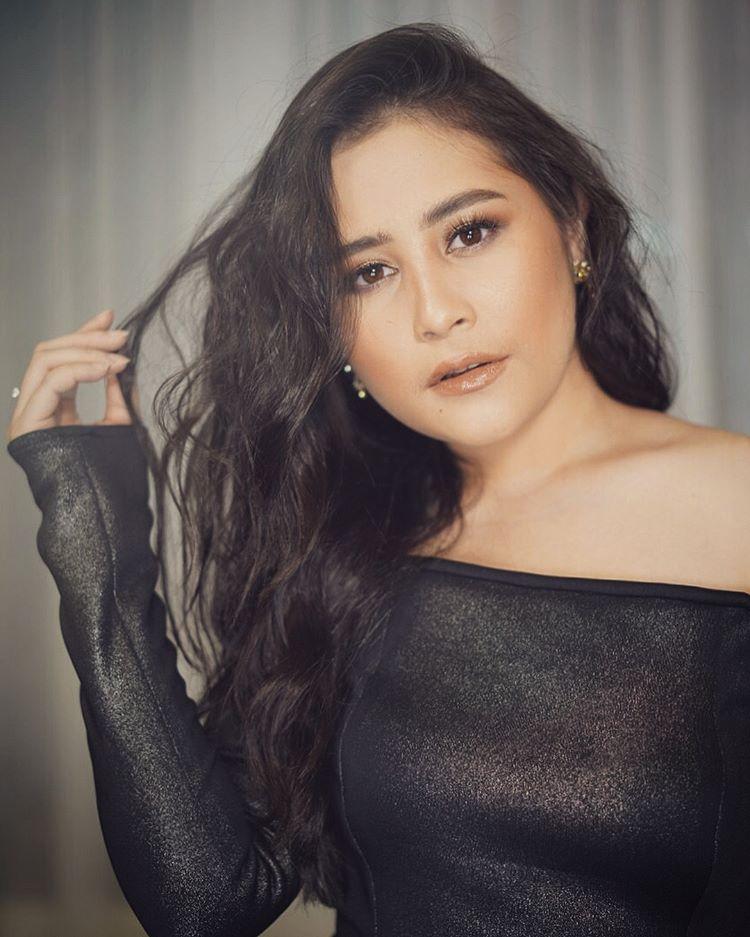 Pangkas Rambut Jadi Pendek, Wajah Prilly Latuconsina Mirip Selena Gomez