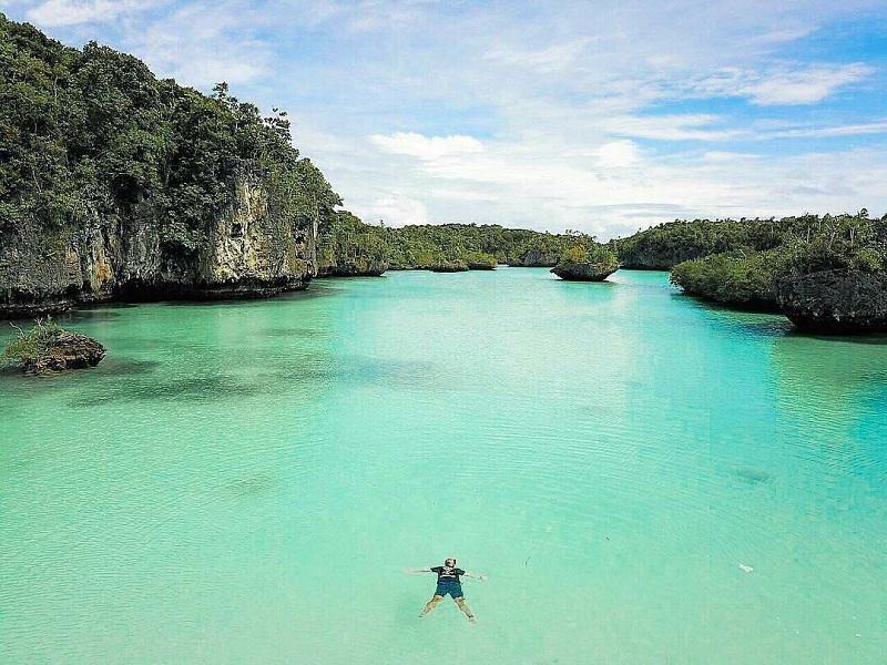Berenang Sambil Menikmati Suasana Alam Pulau Bair, Raja Ampat-nya Maluku