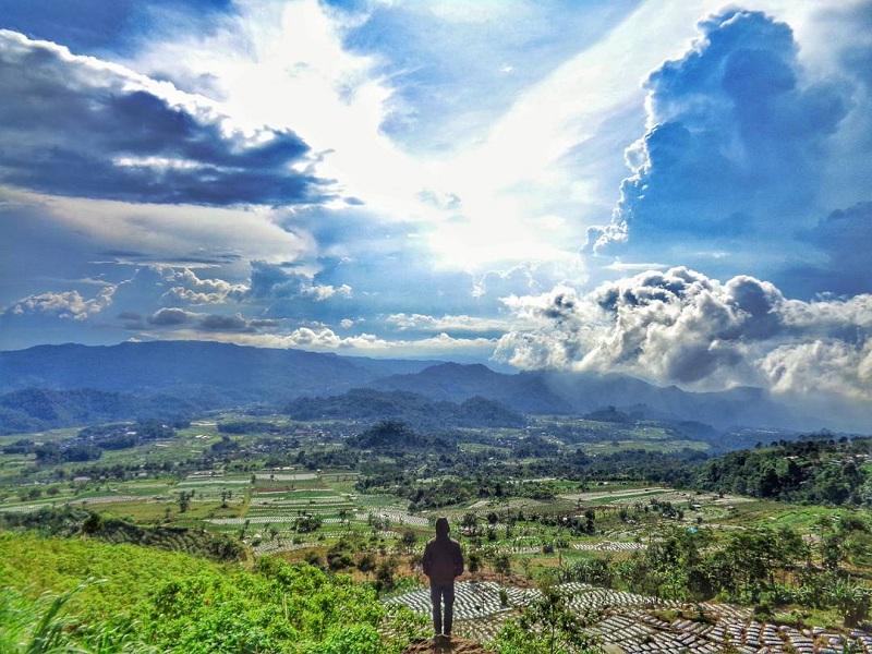 Berfoto di Bantir Hills Semarang dengan Latar Pegunungan Hijau yang Bikin Adem dan Instagrammable