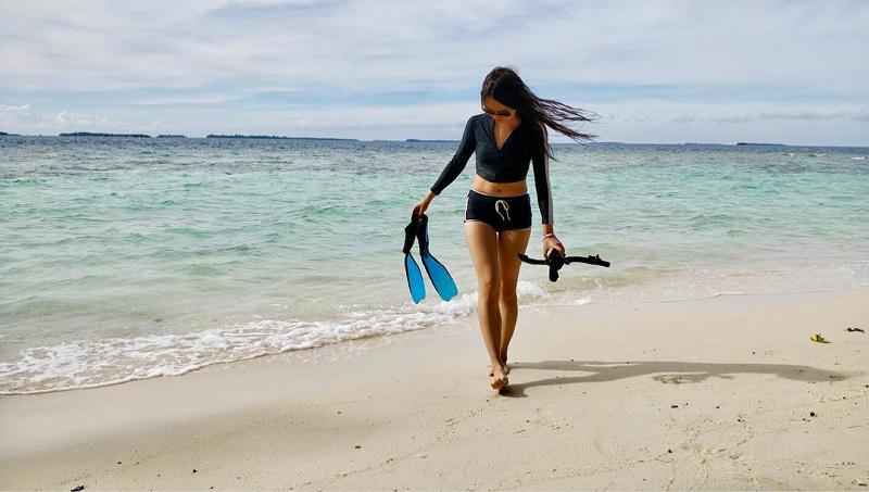 Berenang Tanpa Takut Tenggelam di Pulau Sepa dengan Pantai yang Landai dan Pasir Putih Halus