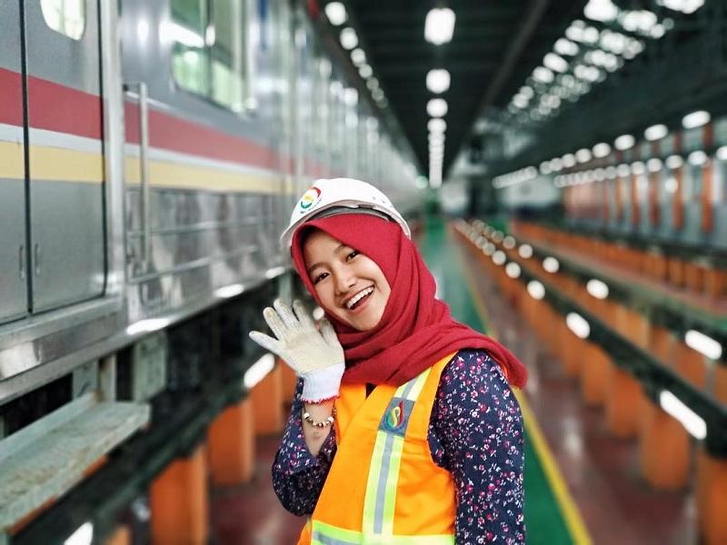 Kenalan dengan Tiara, Masinis Cantik Berhijab yang Operasikan MRT Jakarta