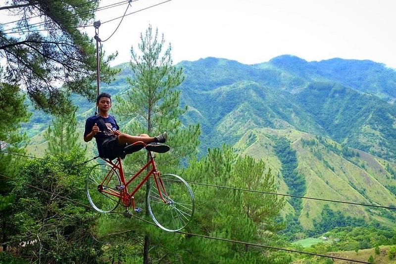 Di Dante Pine Enrekang Sulsel, Kamu Bisa Berfoto dengan Sandal Jepit Raksasa dan Bermain Zip Bike