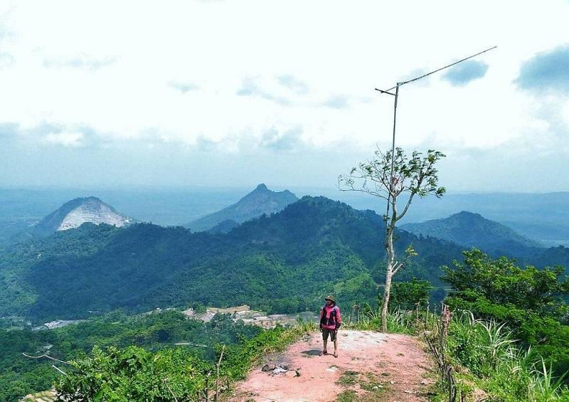 Menikmati Pemandangan Alam dari Atas Bukit di Puncak Sempur Karawang