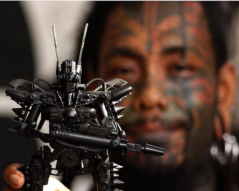 Keren, Cowok Ini Sulap Sampah Jadi Mainan Robot Futuristik dan Layak Pajang