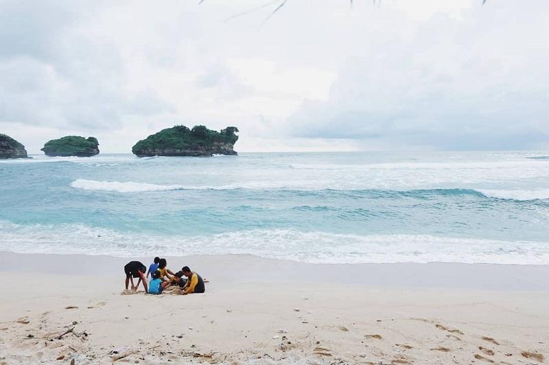Menikmati Suasana Pantai yang Eksotis di Watu Karung Pacitan, Cocok Buat Surfing
